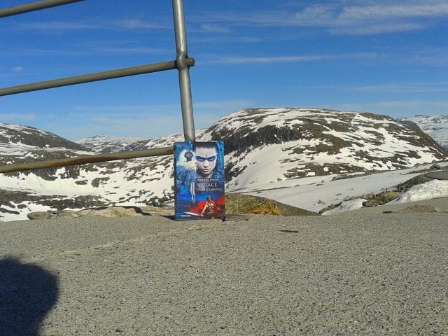 Pomimo upałów, jakie panują obecnie w Norwegii, w górach nadal leży śnieg.